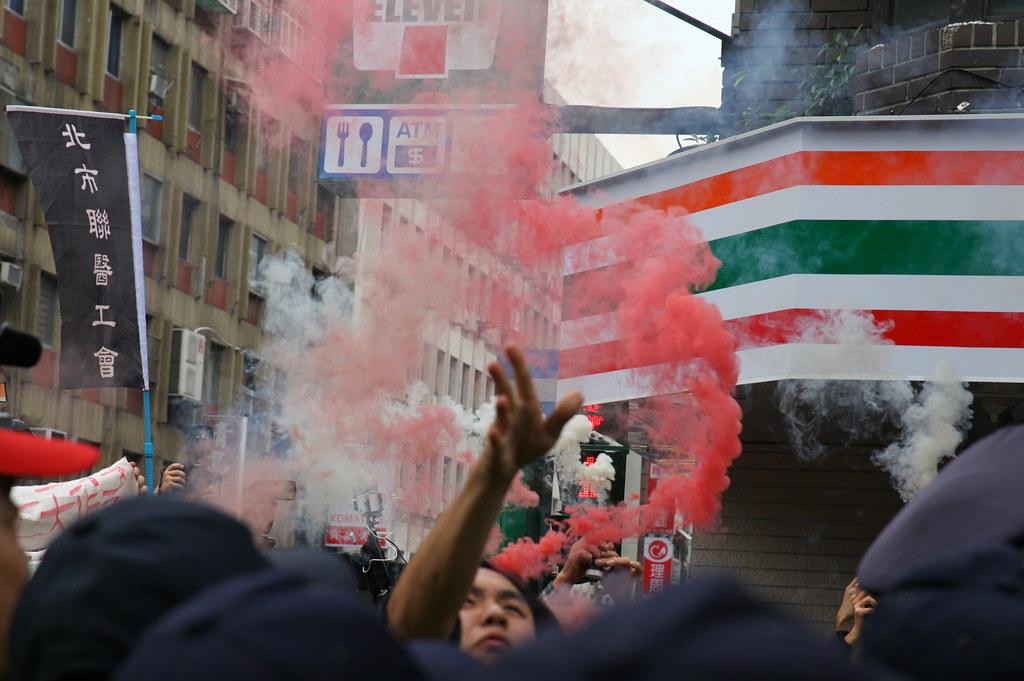 反砍假民眾向立法院投擲煙霧彈。(攝影:陳逸婷)
