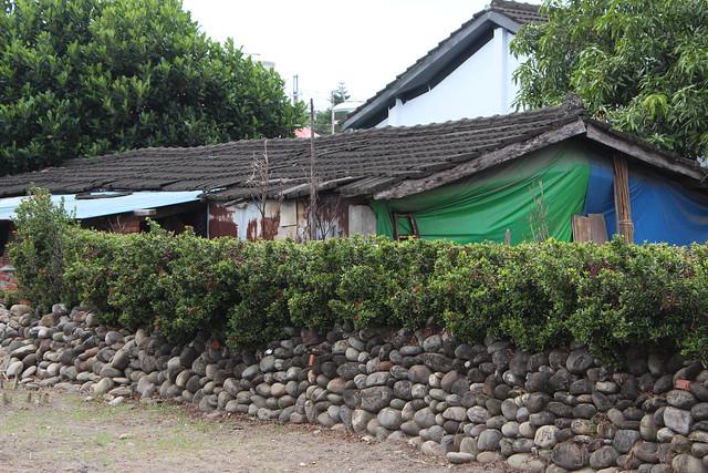 信國社區住屋的圍牆是來自荖濃溪底的石頭。攝影:廖靜蕙
