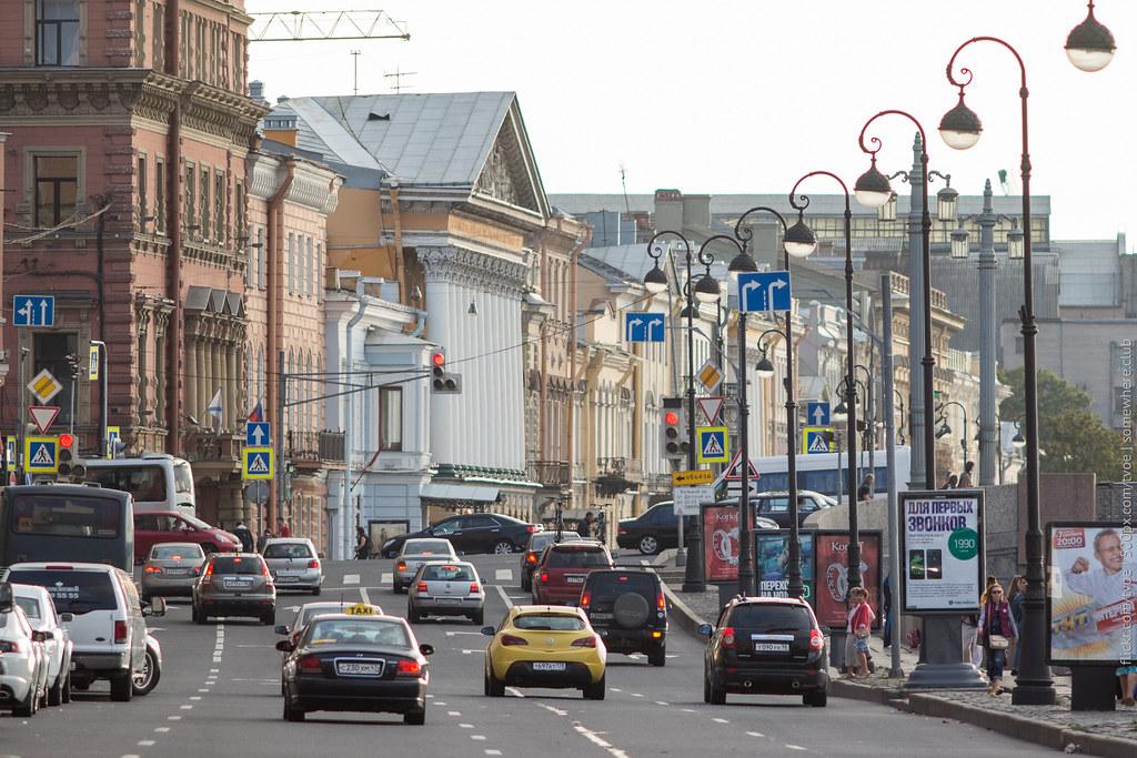 Автомобили на набережной Невы в Петербурге