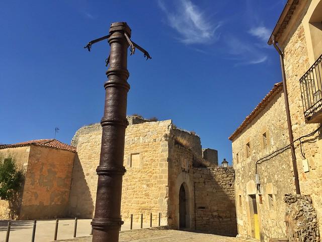 Rollo de hierro en la plaza de Rello (Tierras de Berlanga, Soria)