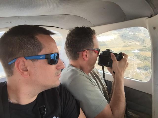Isaac y Sele en la avioneta con la que sobrevolaron el Delta del Okavango en Botswana