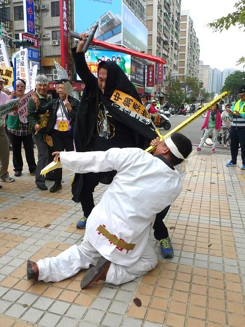本次遊行前的行動劇藉用⟪星際大戰⟫的暗黑勢力和正義力量對決,希望正義力量能與未來的執政黨及民意代表當選人同在,捍衛南台灣民眾的生存權和呼吸權。