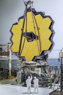 Espejo primario del JWST en el laboratorio.