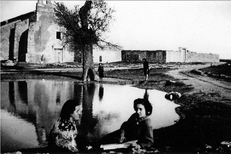 Vista del convento y la balsa, ésta hoy inexistente, con mujeres sentadas 1948 autor desconocido