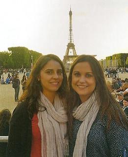 Marta amb la seva germana a París.