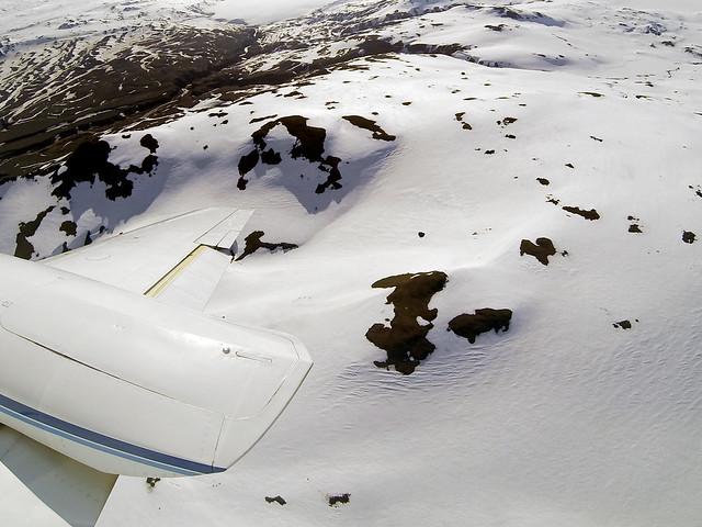 Vuelo en avioneta sobre las montañas de Islandia recién nevadas