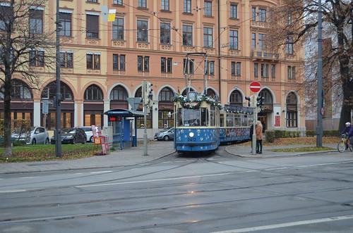 Am Maxmonument muss der M-Wagen auf sein Fahrtsignal zur Abfahrt Richtung Innenstadt warten.
