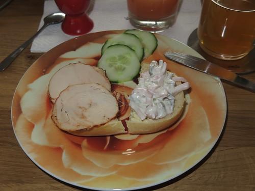 Gepökelte Hähnchenbrust und Fleischsalat auf Brötchen