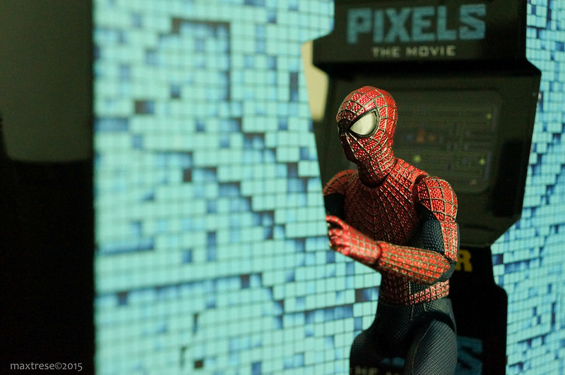 Mafex Spider Man DX playing Pixel Movie arcade