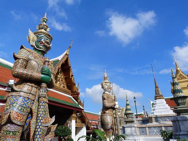 Guerreros gigantes reciben al viajero en el Templo del Buda esmeralda de Bangkok