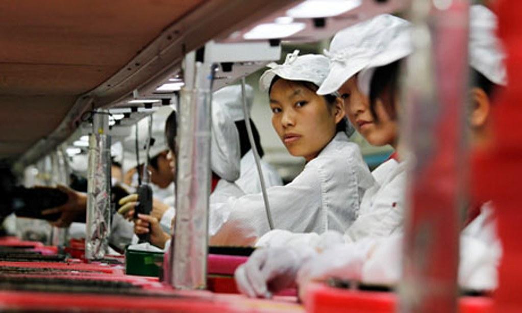 亚洲地区电子业装配线上的女工,在过去半个多世纪以来一代换过一代,始终是许多农村女孩圆都市梦的重要途径。(照片来源:Bobby Yip / Reuters)