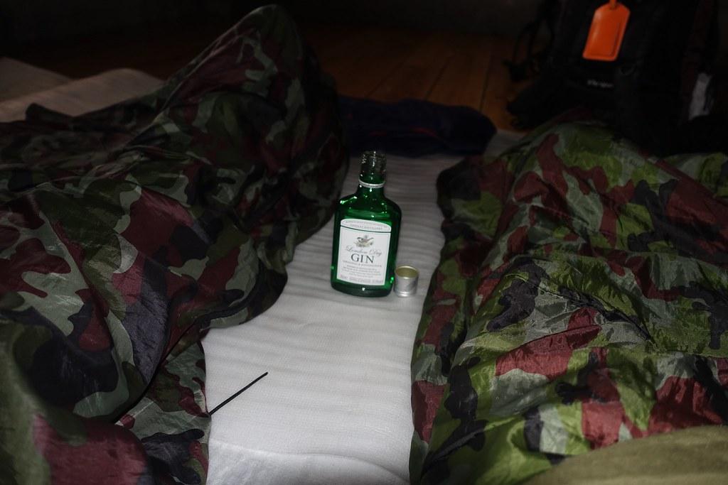 Hai đứa mình tới sớm quá, chả biết làm gì đành chui vào chăn ún riểu cho đỡ lạnh, chờ hai tiếng rưỡi sau đoàn mới lác đác tới trại