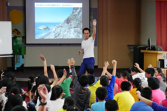 黃柏堯在小學上課,深深攫住孩子的目光。照片提供:黃柏堯。