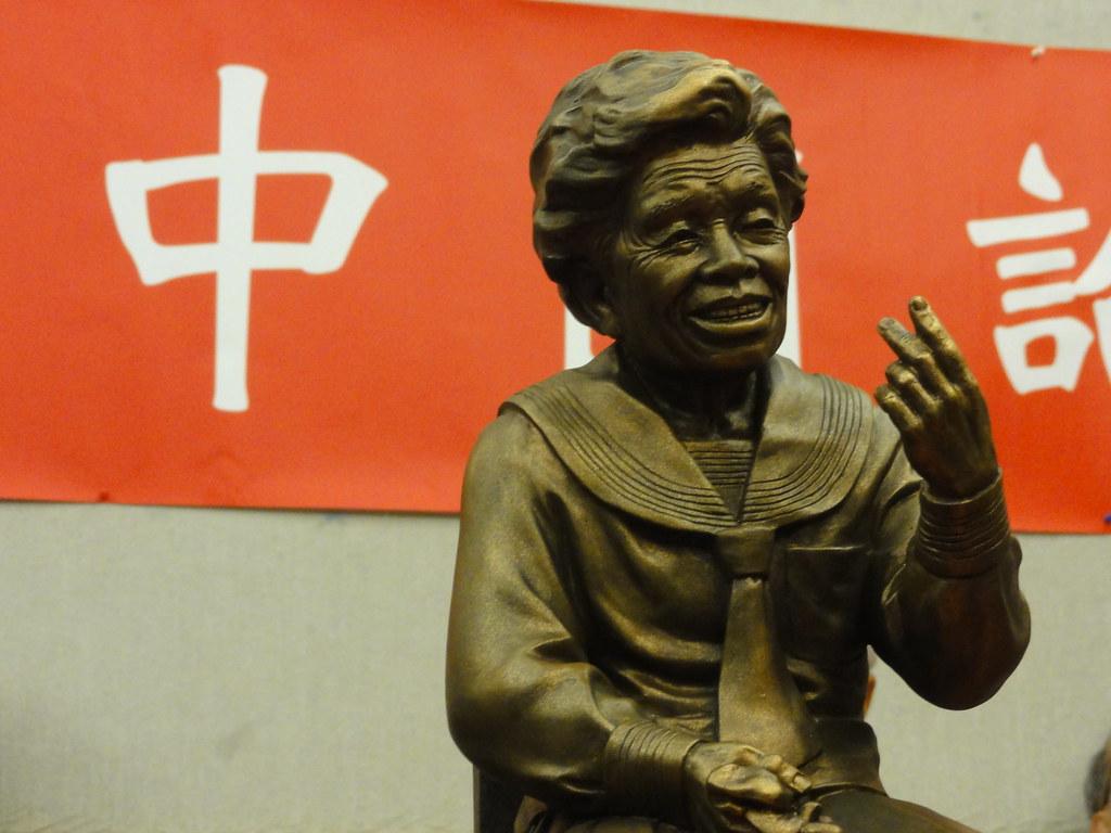 台灣慰安婦雕像的特殊之處是以小桃阿嬤老年的形象為藍本,但其他地區像是韓國、上海的慰安婦雕像都是少女的形象。(攝影:張智琦)
