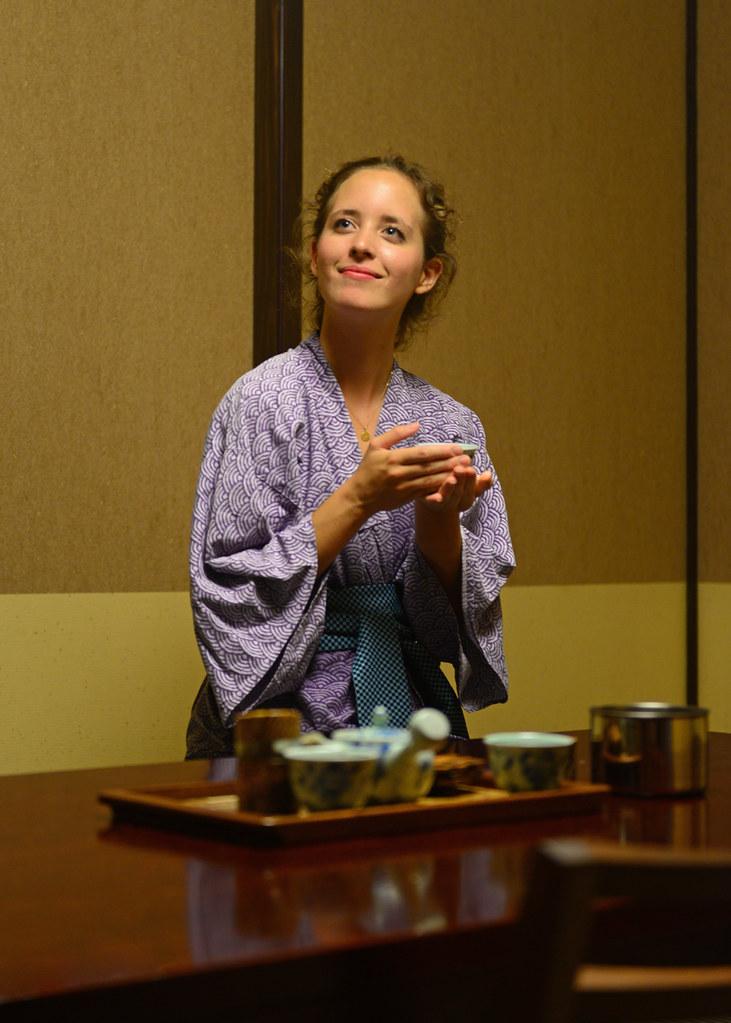 Julia contenta y feliz tomando su té matcha con el kimono en la habitación del ryokan de Hakone