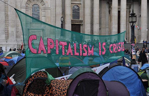 「佔領倫敦」中的抗議者在聖保羅大教堂前打出橫幅。(資料來源:東方IC)