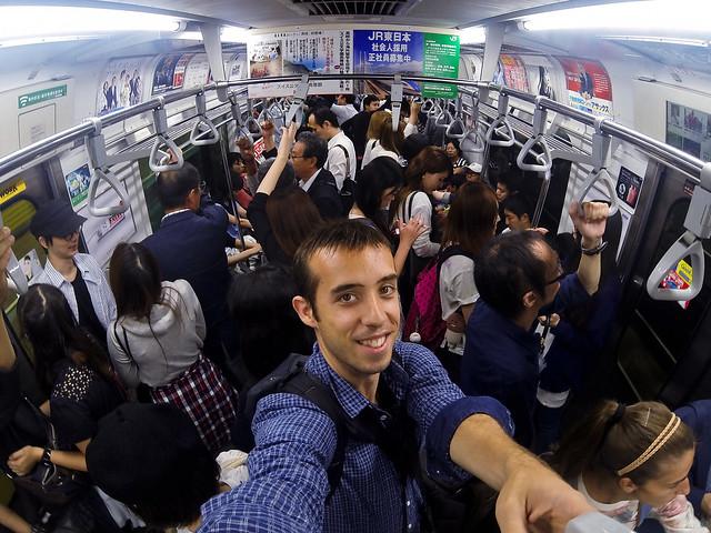 Metro de Tokio en hora punta una de las cosas más surrealistas que hacer en Japón