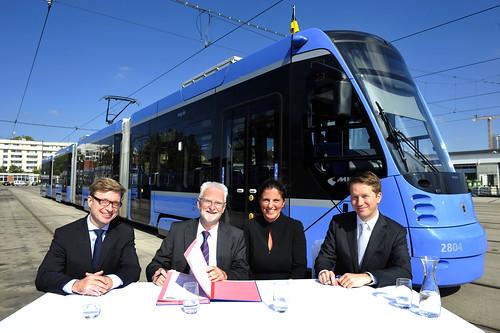 Vertragsunterzeichnung für die Bestellung der 22 neuen Züge im Betriebshof 2: Christoph Klaes, Herbert König, Sandra Gott-Karlbauer und Dr. Florian Bieberbach (Bild: SWM)