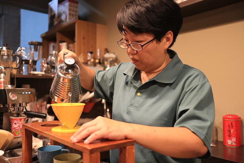 回鄉開設 Easy Coffee館的青年吳明宜。攝影:許宏偉。