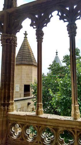 Finos pilares y arcos góticos en la Galería del Rey del Palacio Real de Olite. #PaísVasco. #EuskalHerria.