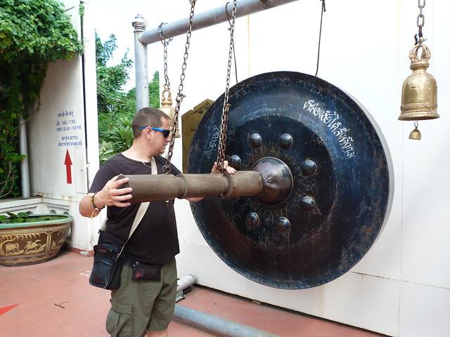 Sele golpeando un gong en el Monte Dorado de Bangkok