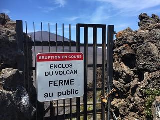 Cartel de acceso cerrado al volcán Le Piton de la Fournaise (Isla Reunión)
