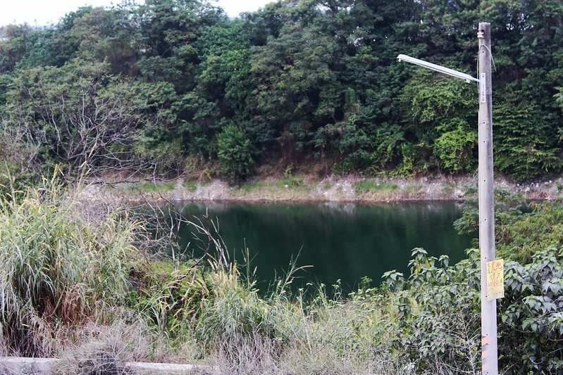 盜濫採土石造成屏東里港定國斷,坑洞高達40多個。圖為其中一個約5公頃的坑洞,地下水滲出形成的水塘。