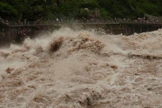 虎跳峽的壯闊水勢