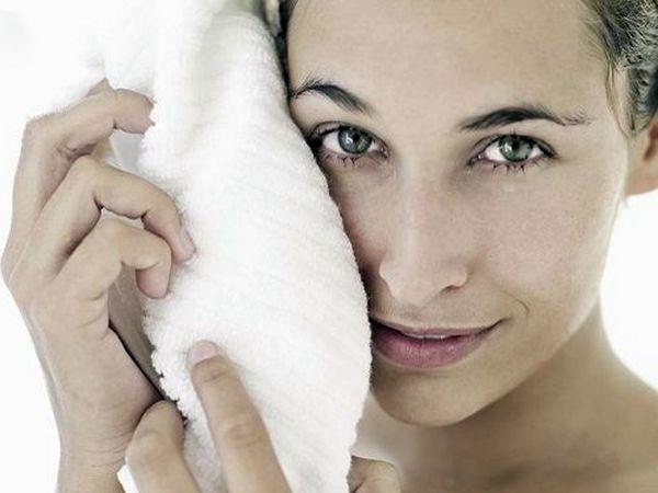 青春痘、扁平疣怎麼分辨!扁平疣是病毒疣的一種,醫療以冷凍或電燒為主,病毒疣有傳染性,如果不治療,有可能會越長越多。皮膚科醫師一旦發現,應積極接受治療。