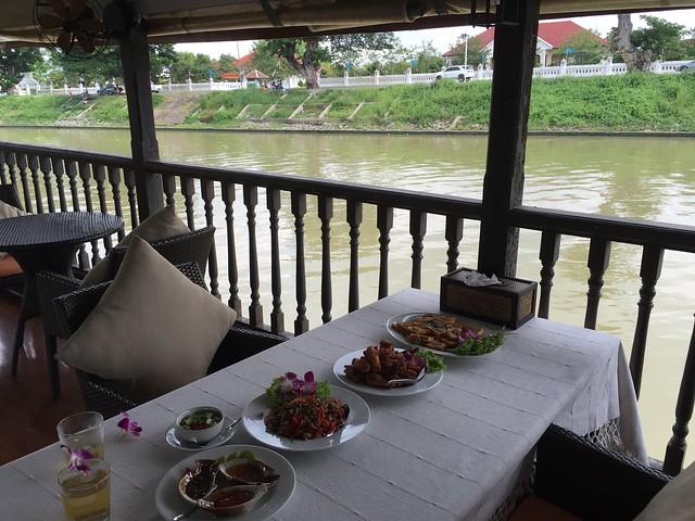 Barco de crucero Thanatharee en Ayutthaya (Tailandia)