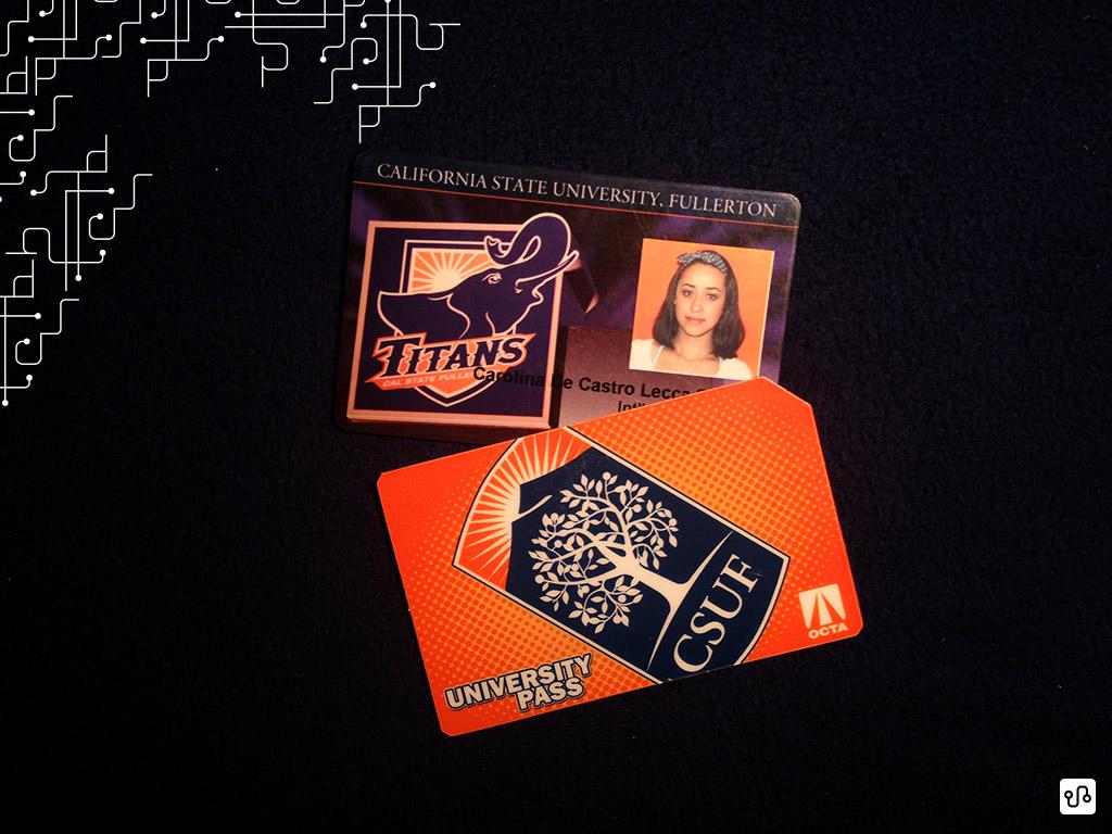 Cartão de identidade que nos permite usufruir de diversos serviços oferecidos pela universidade e cartão de transporte que nos proporciona livre transporte de ônibus por todo Orange County