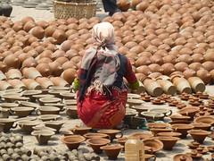 Frau und Töpfe in Bhaktapur