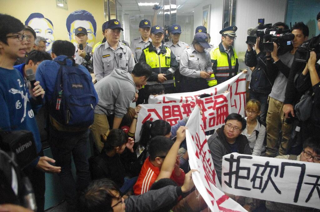 學生與警察多次推擠,僵持不下,學生數度靜坐發表各自的打工經驗。(攝影:高若想)