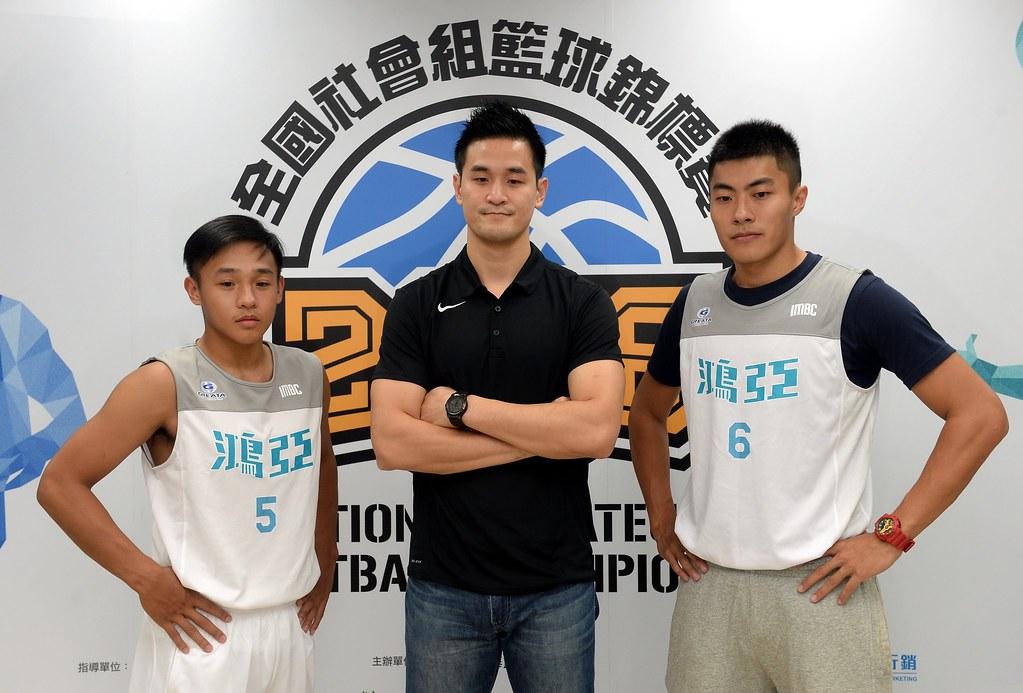 鴻亞國際教練王建惟(圖中)與球員邱柏璋(圖右)、楊天佑(圖左)。(籃協提供)