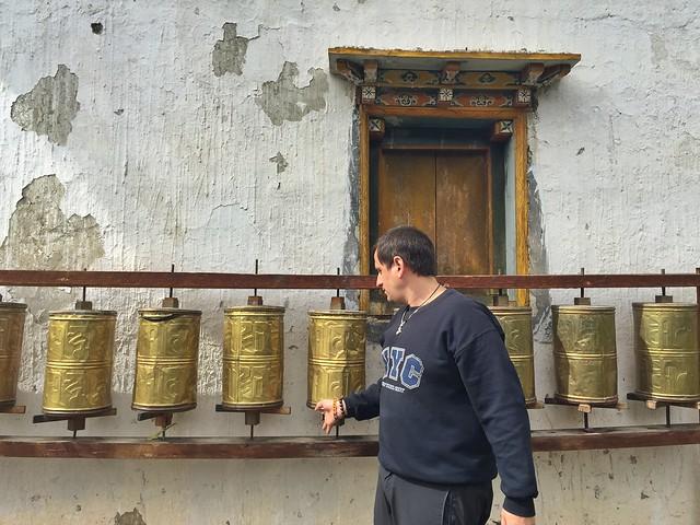 Sele pasando las ruedas de oraciones (Yunnan, China)