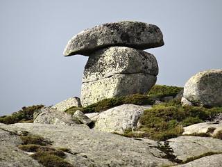 Sur le sentier des Bergers (ou des Pâturages) : une roche pittoresque