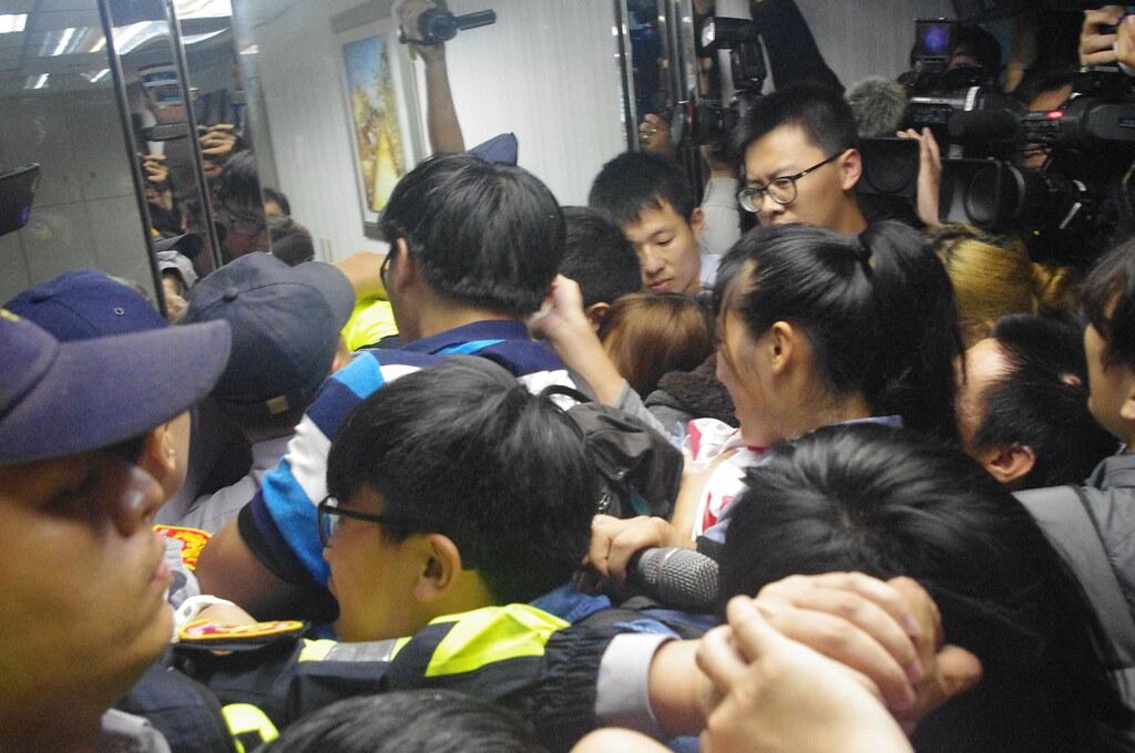 學生欲前往九樓會見蔡英文,與警方多次推擠,僵持不下。(攝影:高若想)