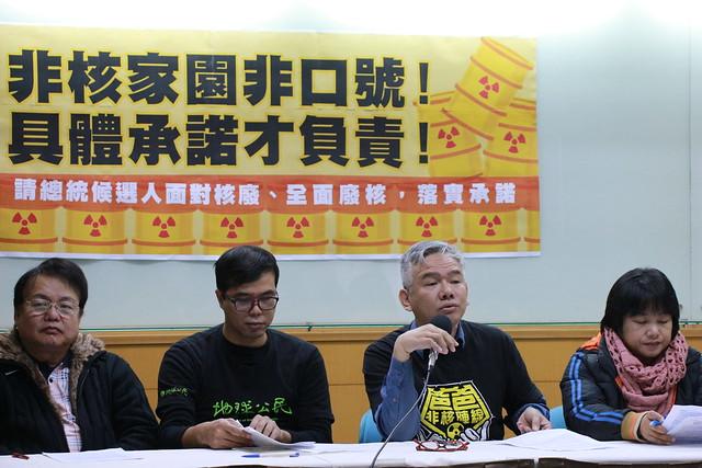 爸爸非核陣線發言人李卓翰(右二)多次重申綠能發展的重要性,望政府別因工業而犧牲環境。攝影:黃小玲。