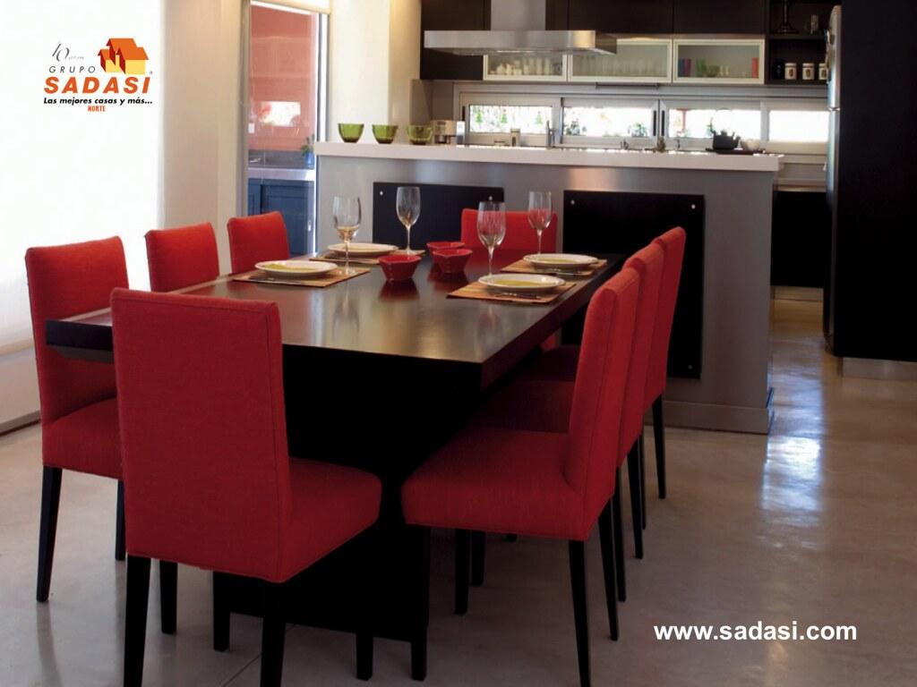 Grupo sadasi le muestra una llamativa mesa de madera y sil for Pisos para living comedor