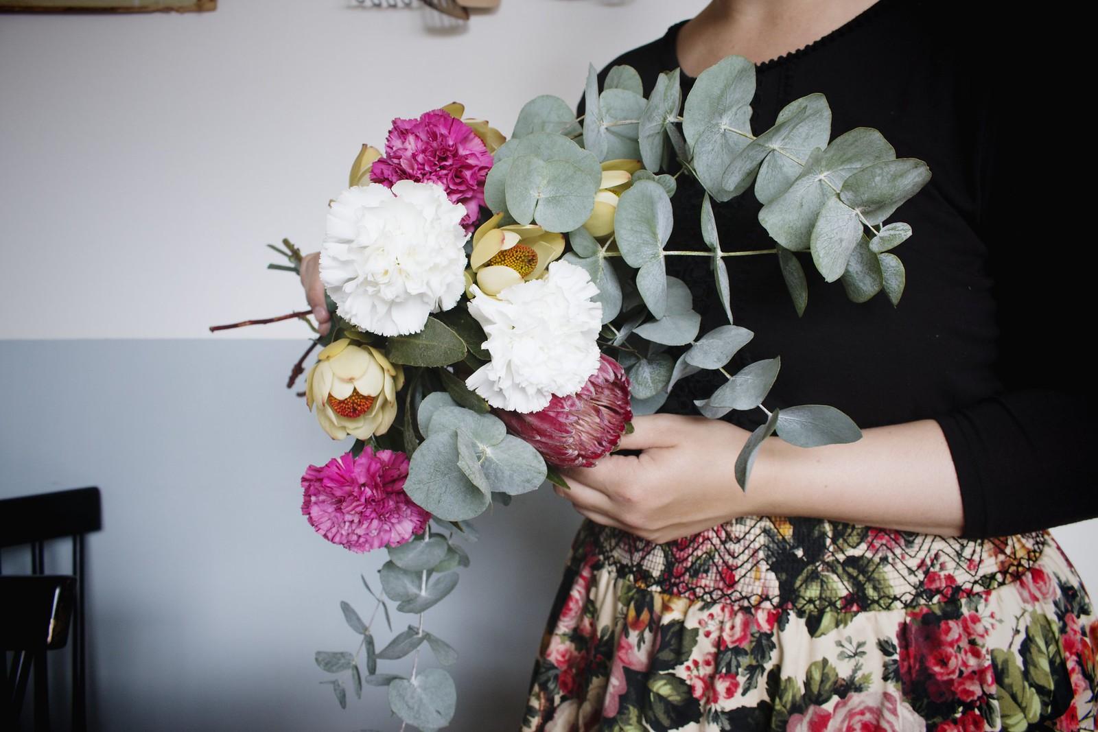 fredagsbukett_nejlikor_rosa_gul_vit_blommor