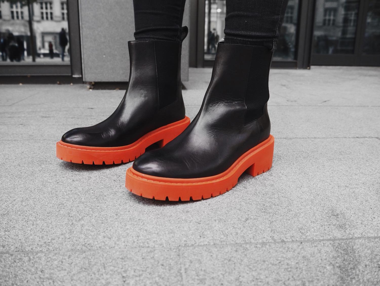 81a12e26378 ... tak určitě tyhle kotníčkové boty. Mají je v dámském i pánském  provedení. Jak se líbí tahle kolaborace vám  Vybrali jste si nějaký kousek