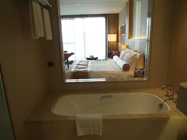 從浴室裡往外看的樣子@台中日月千禧酒店