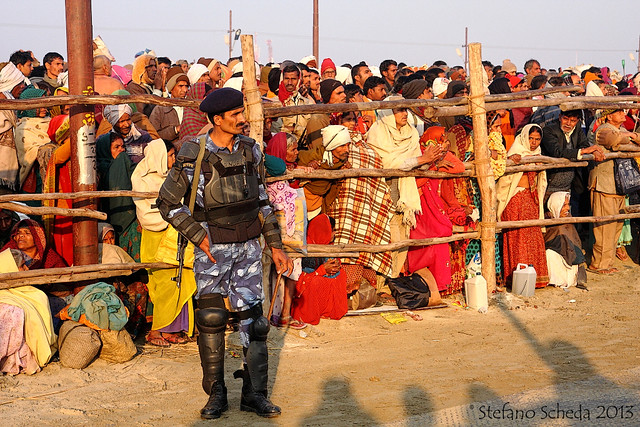 Pilgrims waiting for the sadhu chariots at Kumbh Mela - Allahabad, India