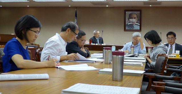 11月立法院內政委員會討論。左二、左三:內政部營建署綜合計畫組,右二:立委林淑芬,右三:立委邱文彥。