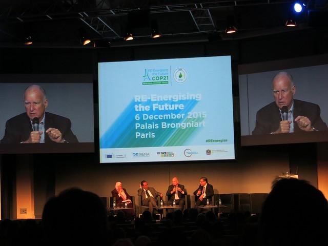加州州長布朗分享減碳政策的目標與再生能源的發展(由左至右:非洲聯盟基礎建設與能源執委依布拉翰(Elham M.A. Ibrahim); 摩洛哥能源部長阿瑪拉(Abdelkader Amara);加州州長布朗(Jerry Brown);國際再生能源總署秘書長阿敏(Adnan Z. Amin))。攝影:林綉娟。