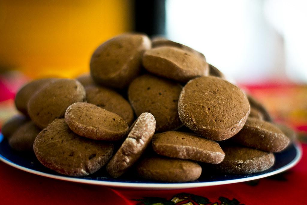 用小盤子裝滿餅乾,可能讓你獲得更大的滿足感。圖片來源:Federico Feroldi(CC BY-SA 2.0)。
