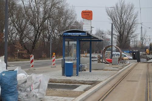 Die neue Endhaltestelle der Tram 25, Berg am Laim Bf, nimmt eine Woche vor Fahrplanwechsel schon Form an. Bepflanzung und einzelne Gehwegplatten fehlen noch