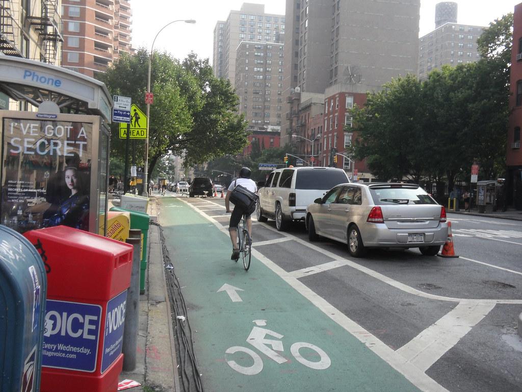 設有緩衝區的紐約單車專用道。Eric Fischer (CC BY 2.0)。
