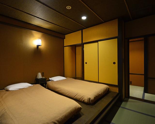 Habitación con futones y paredes típicas del Ryokan del Mount View Hakone de Japón