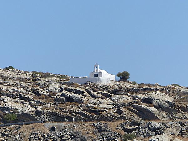 église blanche sur ciel bleu